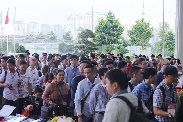 Hàng nghìn người hiện đang có mặt tại sự kiện bất chấp thời tiết mưa lạnh.