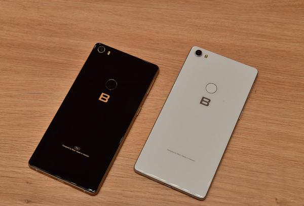 Phiên bản Pro (trái) và bản thường của Bphone 3.