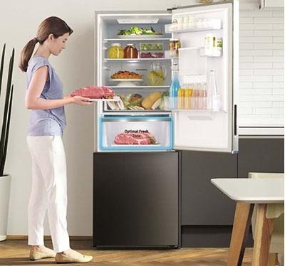 Ngăn mát được chuyển lên trên giúp người dùng không phải cúi xuống nhiều như tủ lạnh truyền thống.