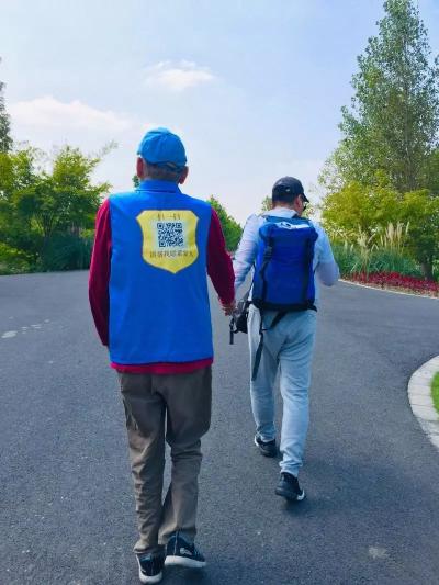 Hai cha con ông Đào nắm tay nhau đi dạo trên đường.