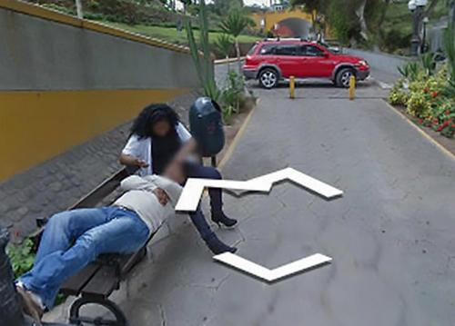 Người đàn ông giấu tên mới đây tìm đường tới cây cầu Than Thở, ở thủ đô Lima, Peru. Khi đang dò trên ứng dụng google maps, anh thấy hiện lên hình ảnh một người phụ nữ đang vuốt ve mái tóc người đàn ông trên một chiếc ghế dài ở đường phố Puente de los Suspiros de Barranco. Ảnh do camera của google trên đường phố ghi lại, theo tờ Mirror. Thoạt nhìn thấy hình ảnh này, anh đã sốc vì người phụ nữ trong hình mặc bộ đồ giống hệt vợ mình. Phóng to bức ảnh, anh nhận ra đây chính là người đầu gối tay ấp, dù ảnh đã có chế độ mờ mặt. Đối chất với vợ, người phụ nữ thừa nhận đã có một cuộc tình và bức ảnh đó được chụp vào năm 2013. Mặc dù là việc ngoại tình trong quá khứ nhưng anh chồng kiên quyết ly hôn.