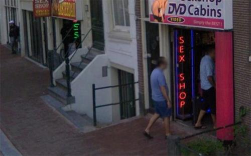 Một người đàn ông bước vào cửa hàng đồ chơi người lớn mà không biết đã bị Google ghi lại.