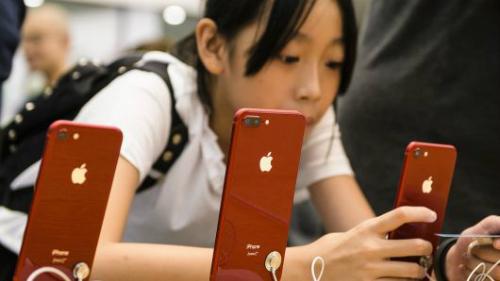 Một khách hàng Trung Quốc đang xem iPhone trong Apple Store tại Hong Kong.