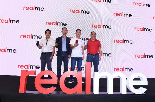Từ trái sang phải: ông Phùng Ngọc Tuyên - Giám đốc Ngành hàng Viễn thông di động Công ty CP Thế Giới Di Động, ông Y Đức - Giám đốc phát triển thị trường Realme Việt Nam, ông Phạm Quốc Bảo Duy - Phó giám đốc ngành hàng Điện thoại di động, Công ty Bán lẻ FPT (FPT Shop), ông Thiều Phương Nam - Tổng giám đốc Qualcomm Việt Nam, Lào & Campuchia.