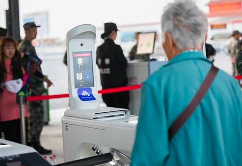Khâu check-in trước khi lên máy bay được thực hiện tự động tại sân bay quốc tế Hồng Kiều.