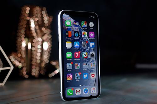 Màn hình LCD 6,1 inch với viền dày hơn so với màn OLED của iPhone XS.