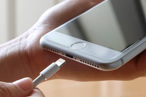 Thông qua cập nhật phần mềm, Apple và Samsung đã khiến các mẫu smartphone cũ chạy chậm đi.