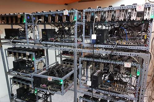 Một góc xưởng với hàng chục máy đào tiền ảo.
