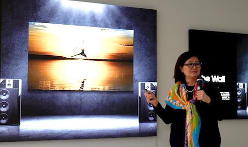 Bà Hyesung Ha giới thiệu dòng sản phẩm The Wall tại Samsung LED 2018.
