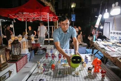 Wang Rui và con robot của mình tại chợ đêm Hàng Châu, ảnh chụp hồi tháng 8/2018.