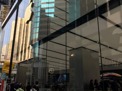 Apple Store tại HongKong không có người xếp hàng bởi chỉ tiếp khách đặt mua trước. Ảnh: Huy Đức