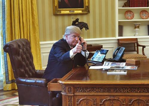 Tổng thống Trump cho biết ông sử dụng điện thoại bàn của chính phủ nhiều hơn.