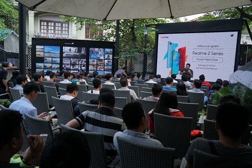 Đông đảo giới công nghệ và khách hàng trẻ dự buổi trải nghiệm Realme 2 Series.