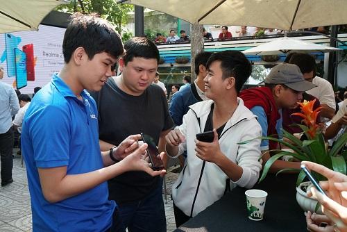 Nhiều bạn trẻ đánh giá sản phẩm hội đủ các yếu tố từ cấu hình tốt, pin khỏe, thiết kế nổi bật.
