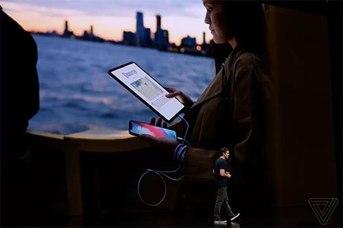 iPad Pro có thể dùng để sạc ngược cho iPhone.