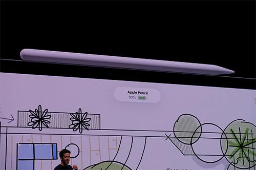 Bút Apple Pencil sạc không dây qua iPad Pro và kết nối bằng nam châm.