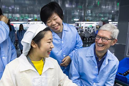 CEO Apple trong một lần thăm nhà máy ở Trung Quốc. Ảnh: Nikkei.
