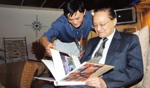 Jack Ma và Kim Dung tại sự kiện Tây Hồ luận kiếm năm 2000.