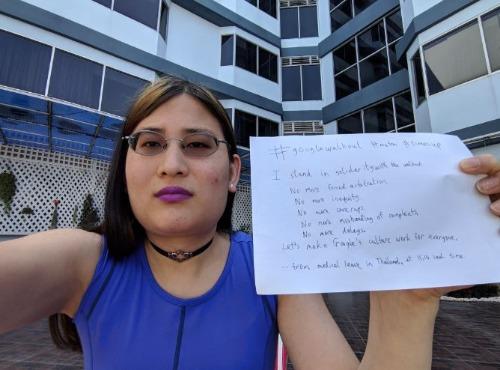 Một nữ nhân viên chia sẻ hình selfie với bản danh sách yêu cầu Google thay đổi chính sách.