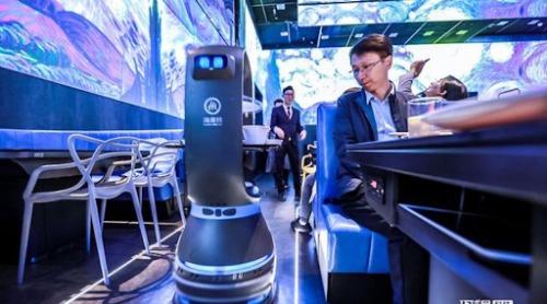 Khách hàng chọn đồ ăn thông qua robot.