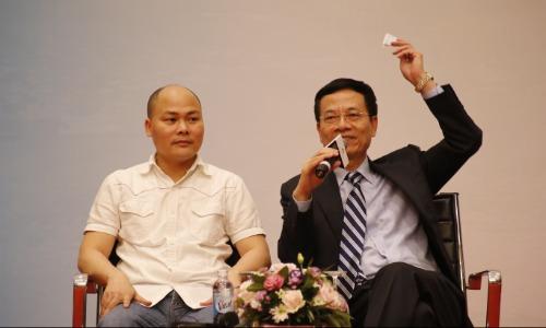 Bộ trưởng Bộ Thông tin và Truyền thông Nguyễn Mạnh Hùng (phải) và ông Nguyễn Tử Quảng, CEO Bkav.