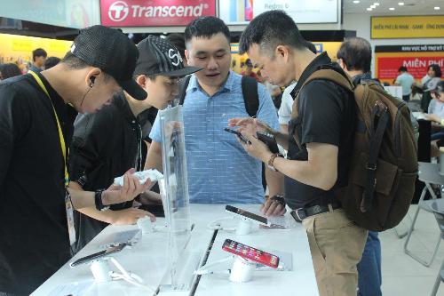 Hàng nghìn khách hàng trải nghiệm iPhone 2018 chính hãng tại Thế Giới Di Động - 3