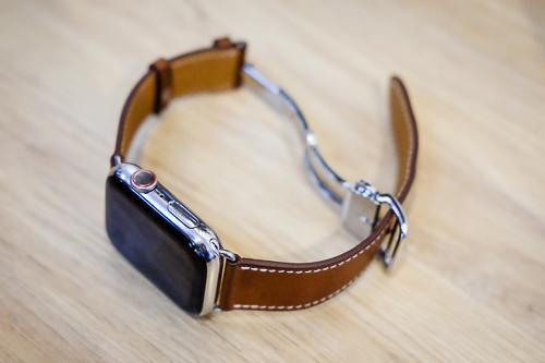 Apple Watch series 4 bản vỏ thép, dây da vẫn chưa có trên kệ hàng chính hãng.