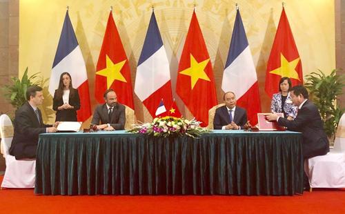 Lễ ký kết giữa FPT và Schneider Electric.