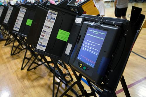Một loạt máy bỏ phiếu tại Mỹ. Ảnh: Boston Herald.