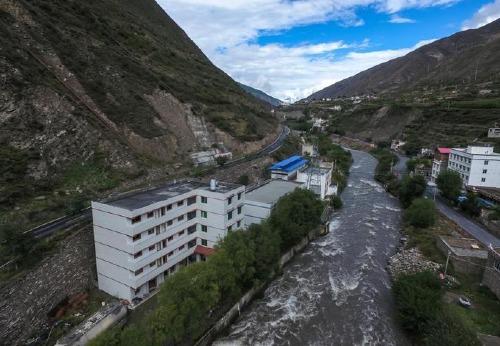 Một mỏ đào tiền ảo quy mô lớn được xây dựng sát bờ sông ở tỉnh Tứ Xuyên, Trung Quốc.