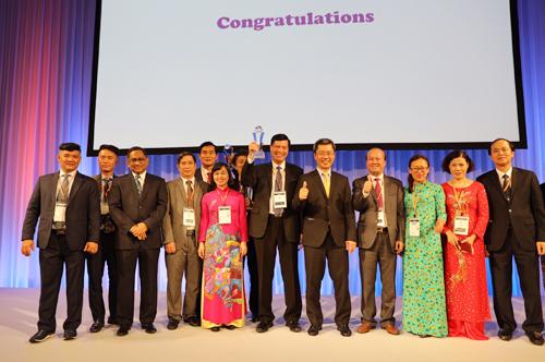 Đại diện UBND tỉnh Quảng Ninh nhận giải thưởng ASOCIO 2018.