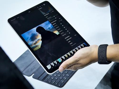 Các thao tác chỉnh sửa ảnh trên iPad còn hạn chế, chưa thể bằng máy tính.