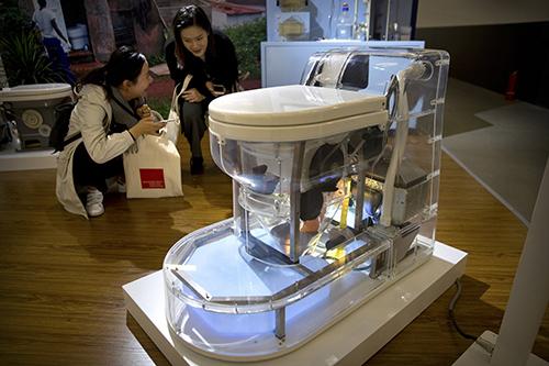 Một mẫu nhà vệ sinh trưng bày tại Reinvented Toilet Expo. Ảnh: AP.