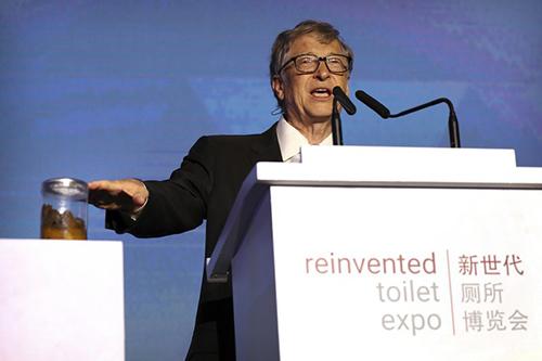 Bill Gates mang lọ đựng phân để gây chú ý với cộng đồng trong vấn đề vệ sinh. Ảnh: AP.