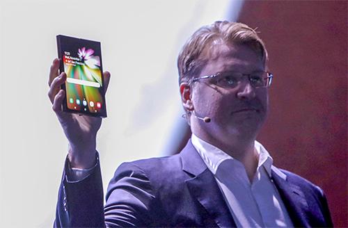 Ông Dennison và chiếc smartphone màn hình gập được đầu tiên của Samsung.