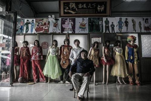 Nhậm Khánh Sinh và cửa hàng trang phục biểu diễn của mình.