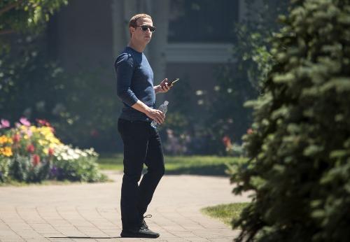 Mark Zuckerberg cấm nhân sự cấp cao ở Facebook dùng iPhone