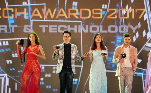Dàn người mẫu trình diễn trong đêm vinh danh Tech Awards 2017 tại TP HCM.