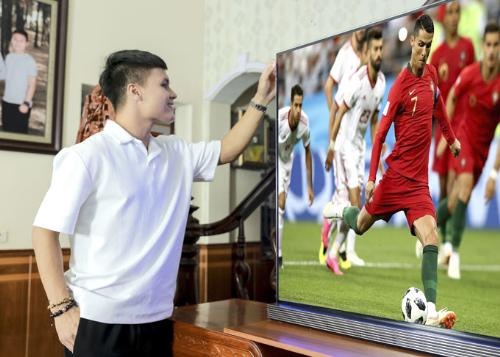 Gia đình Quang Hải đang sử dụng chiếc TV LG OLED