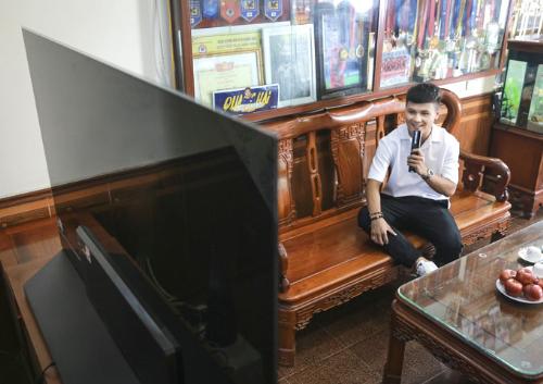 Quang Hải điều khiển TV LG OLED bằng giọng nói.
