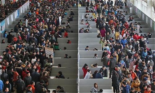 Cảnh chen chúc thường thấy tại một hội chợ việc làm ở Trung Quốc. Ảnh: News.cn