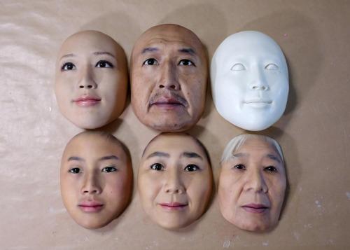 Một số mặt nạ siêu thực của công ty REAL-f.