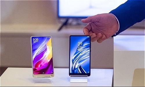 Nam giới Trung Quốc đã lập gia đình, có thu nhập cao thường chọn điện thoại Huawei hoặc Xiaomi. Ảnh Philip Fong
