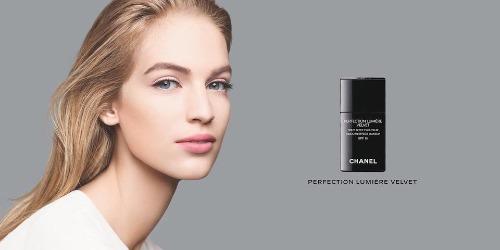 Người mẫu trong bức ảnh quảng cáo kem nền Perfection Lumiére Velvet của hãng Chanel có gì lạ? Xem đáp án.