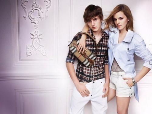Bức ảnh quảng cáo cho Burberry của Emma Watson có lỗi chỉnh sửa nghiêm trọng. Bạn có nhận ra không? Xem đáp án.