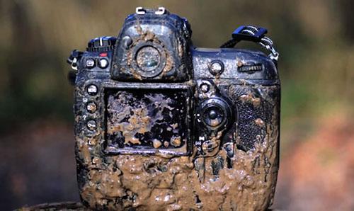 Một chiếc máy ảnh dính đầy bùn đất. Ảnh: Pixelistes.