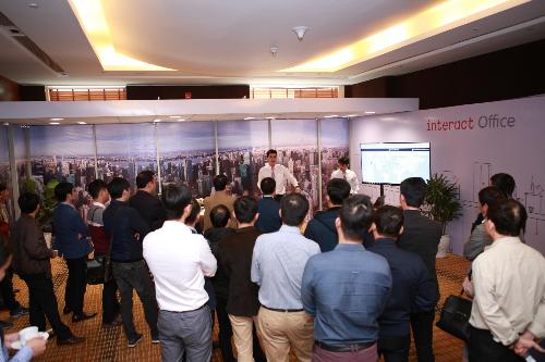 Đại diện Signify tại Việt Nam giới thiệu Interact Office, một trong 6 cấu phần Interact.
