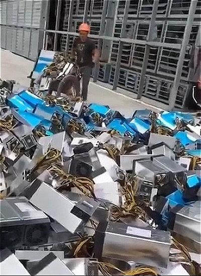 Máy đào tiền ảo được tháo bỏ và chất thành từng đống, do chủ mỏ không đủ chi phí để duy trì hoạt động.