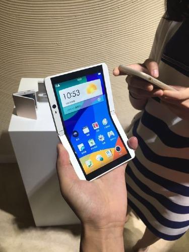 Smartphone màn hình gập đôi từng được Oppo trình diễn thử nghiệm từ 2016.