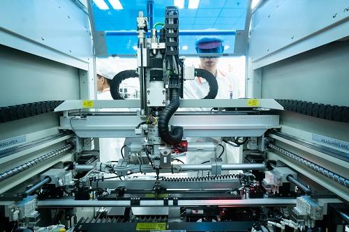 Hệ thống máy tự động gia công các linh kiện điện thoại tinh vi với độ chuẩn xác cao.
